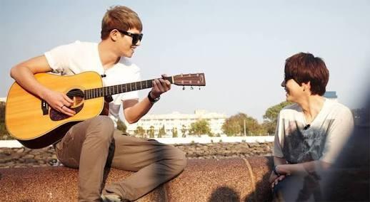 cnblue Jonghyun playing guitar at Gateway of India